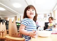 小さなお子様がいても安心して働く事ができるよう、愛生苑の施設内に託児所を備えています。