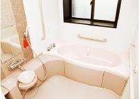手すり・滑り止め付きの安全に配慮したバリアフリーのお風呂です。