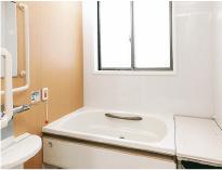 お風呂場は、転倒防止のための滑り止めや手すりなど、<br /> 安心のバリアフリー設計です。