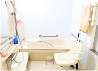 手すりや床の滑り止めなど、バリアフリーに配慮したお風呂です。