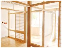 プライバシーに配慮し室内に仕切りを設置。明るく快適な多床室です。
