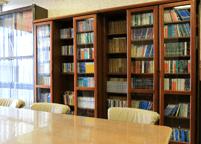 多くの図書を備えており、ご自由に読書をお楽しみいただけます。