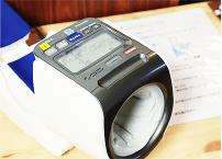 毎日の健康チェックに。自由にお使い頂ける血圧計を1階に設置しています。